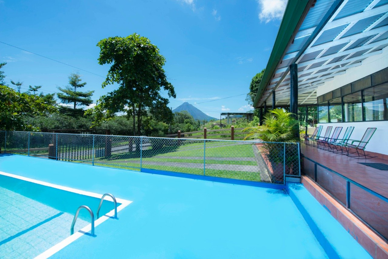 Henry's House. Spacious country house in front of Lake Arenal.